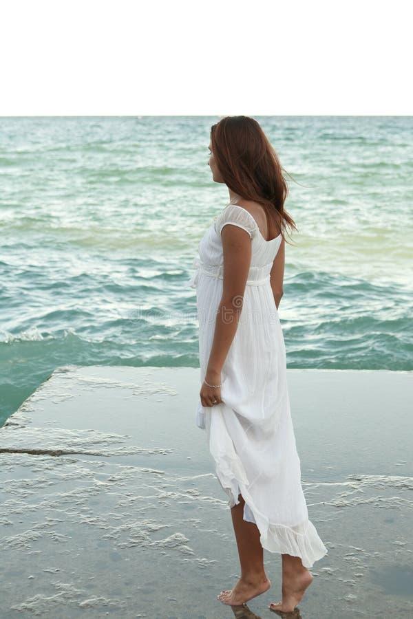 Mädchen im weißen Kleid auf dem Strand stockfoto