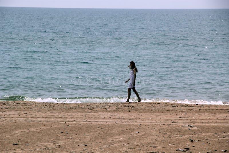 Mädchen im weißen Kleid auf dem Strand lizenzfreie stockfotos