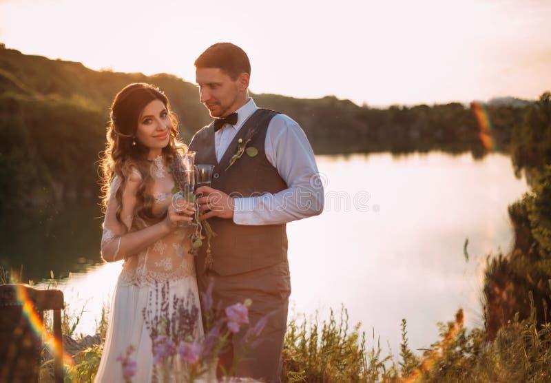 Mädchen im weißen Kleid in der Natur mit Ihrem geliebt stockfotografie