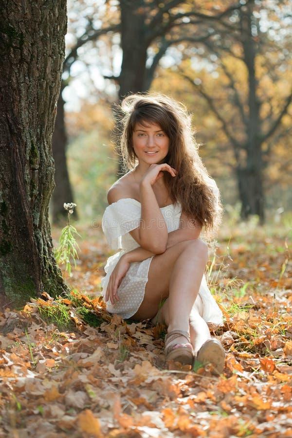 Mädchen im weißen Kleid am Herbstpark lizenzfreie stockfotos