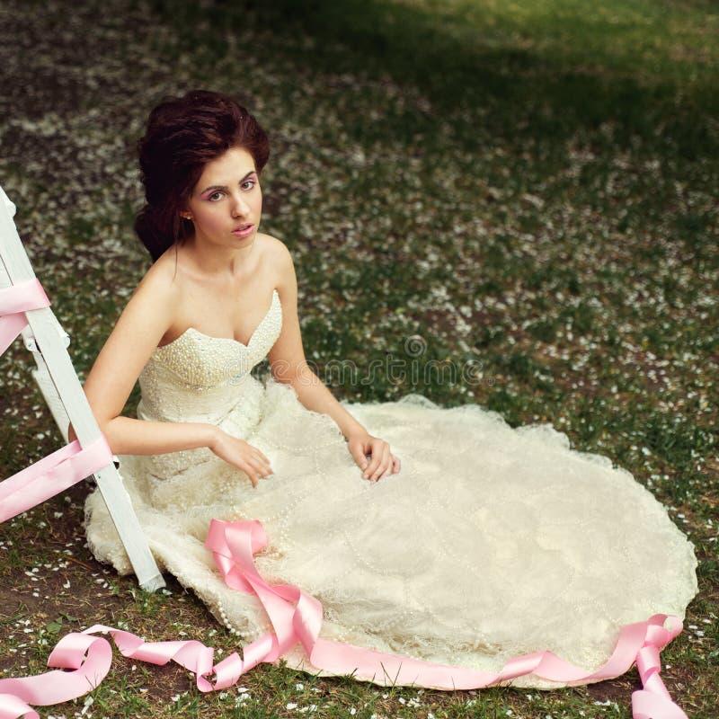 Mädchen im weißen Kleid im Garten im Frühjahr stockbild