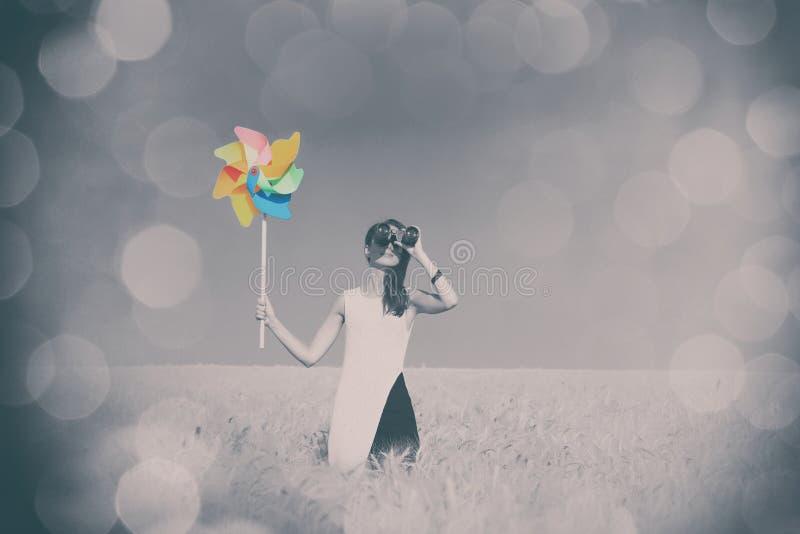 Mädchen im weißen Kleid mit binokularem und Windspielzeug lizenzfreie stockfotos