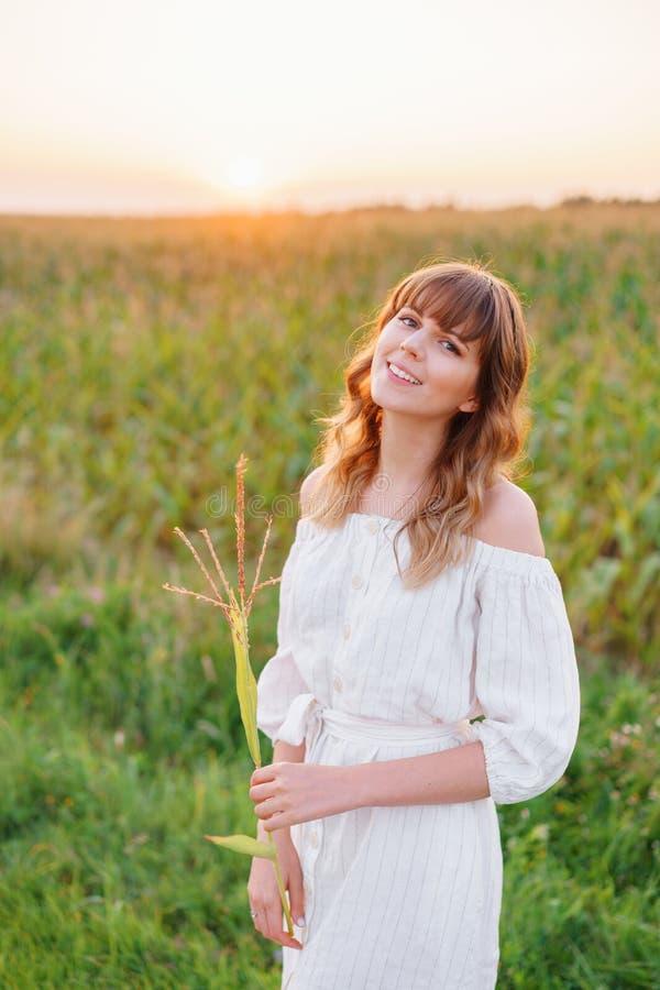 Mädchen im weißen Kleid mit den Ährchen Frau im Getreidefeld, Platz für Text Spitze und Mädchen auf dem Gebiet Spätsommer und frü lizenzfreie stockfotos
