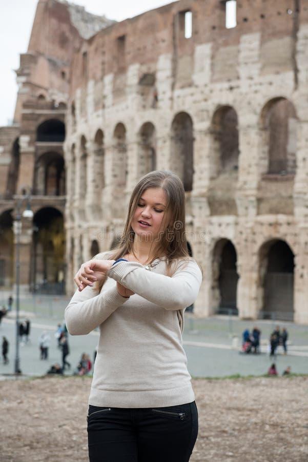 Mädchen im weißen Pullover in Rom lizenzfreies stockfoto