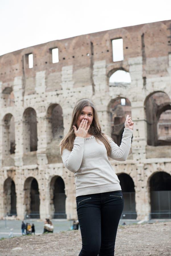 Mädchen im weißen Pullover in Rom lizenzfreies stockbild