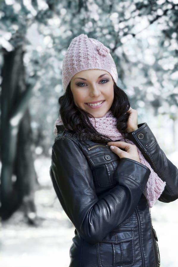 Mädchen im Winterpark lizenzfreies stockfoto