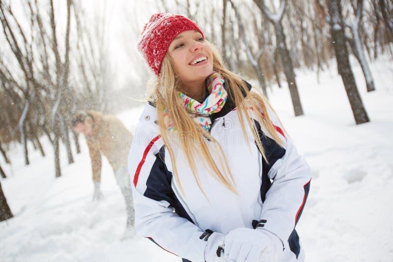 Mädchen im Winterpark stockfotos