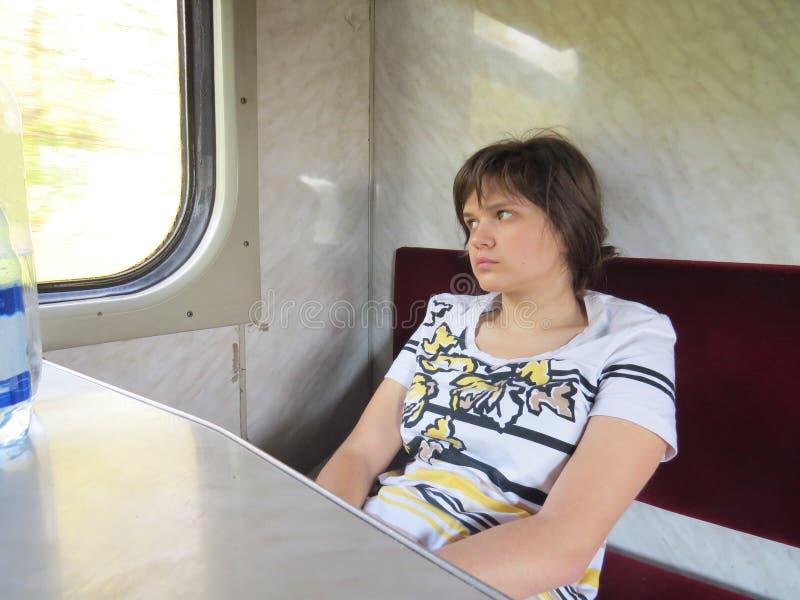 Mädchen im Zug stockfotos