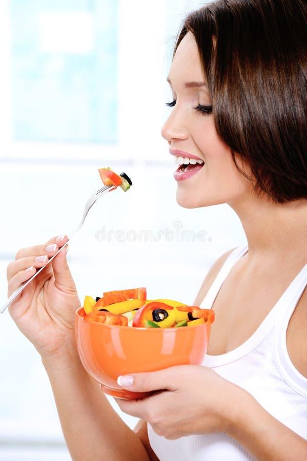Mädchen isst Frischgemüsesalat stockfotos
