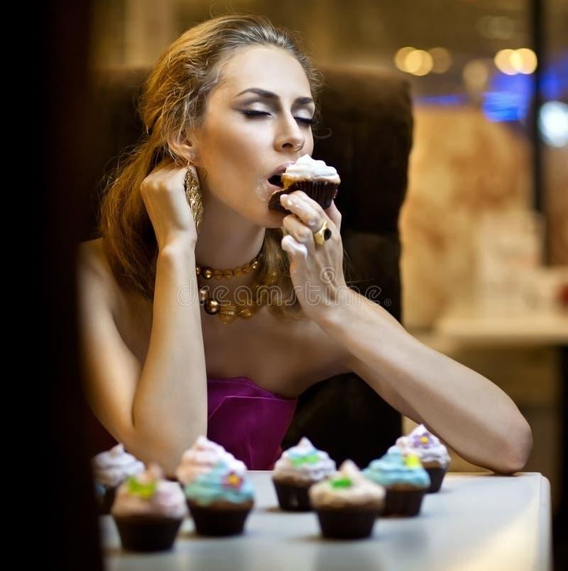 Mädchen isst Kuchen lizenzfreies stockfoto