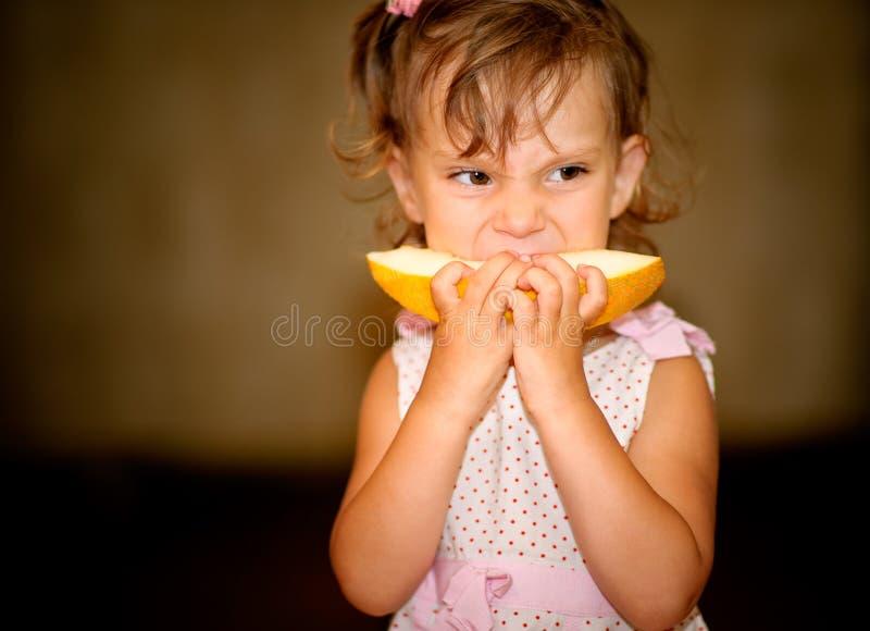 Mädchen isst Melone lizenzfreies stockbild