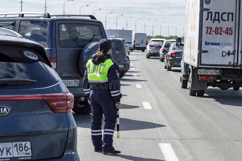 Mädchen ist ein aufpassender Verkehr des Polizisten stockfotos