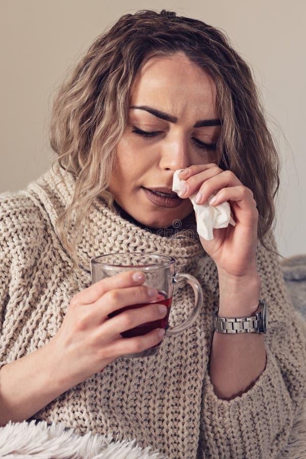 Mädchen ist, Niesen, Jahreszeit ist die Kälte, das Gesundheitswesen und das medica krank stockfotos