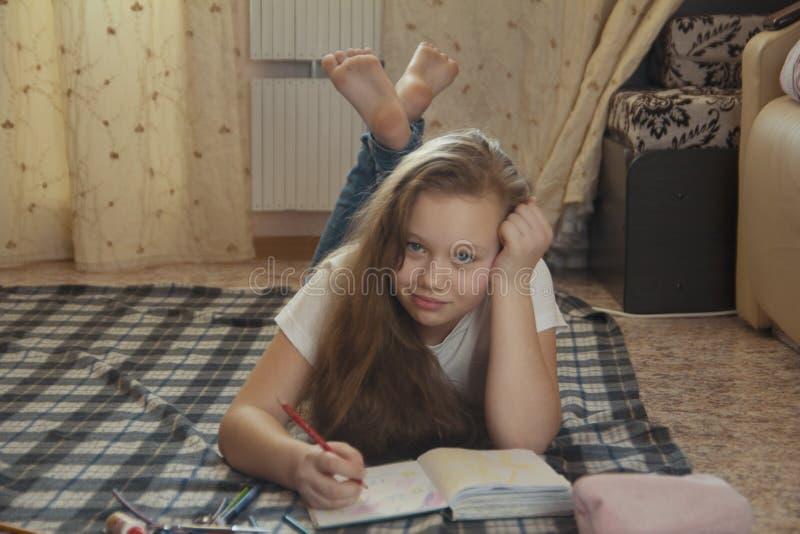 Mädchen jugendlich, wer die zeichnende Zeit zu Hause beim Lügen auf dem Boden verbringen stockfoto