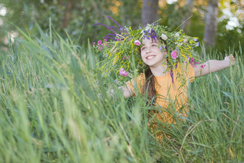 Download Mädchen-Jugendlicher In Einem Kranz Von Den Farben Stockbild - Bild von horizontal, outdoor: 33434013