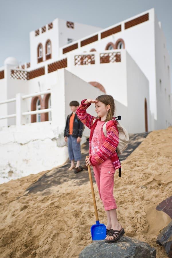 Mädchen-Jungen-Blick-Strand lizenzfreie stockfotografie