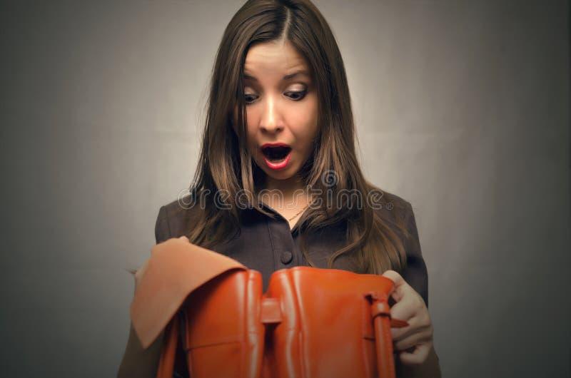 Mädchen kann ihre Geldbörse in der Tasche nicht finden lizenzfreies stockbild