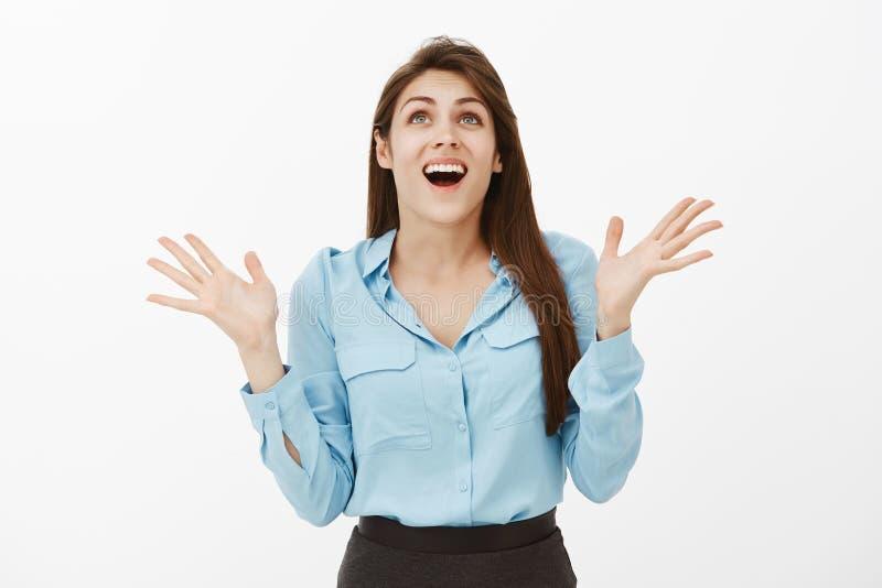 Mädchen kann nicht an ihr Glück glauben und Gott für große Gelegenheit danken Porträt der glücklichen aufgeregten Frau in der bla lizenzfreie stockfotografie