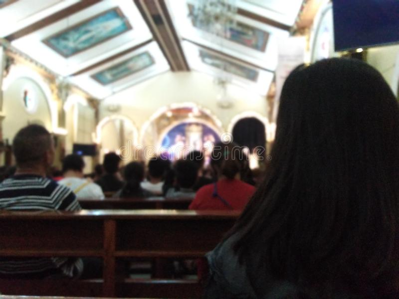 Mädchen an Kirche 1 lizenzfreies stockfoto