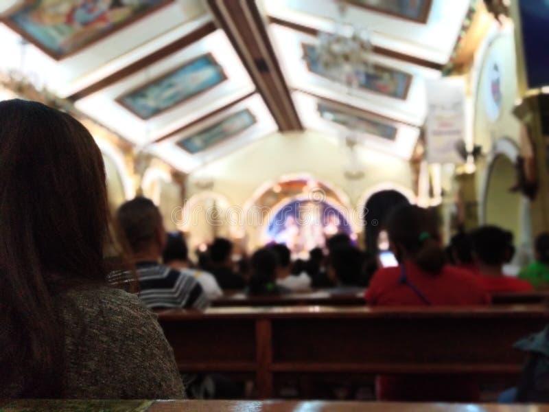 Mädchen an Kirche 2 lizenzfreies stockbild