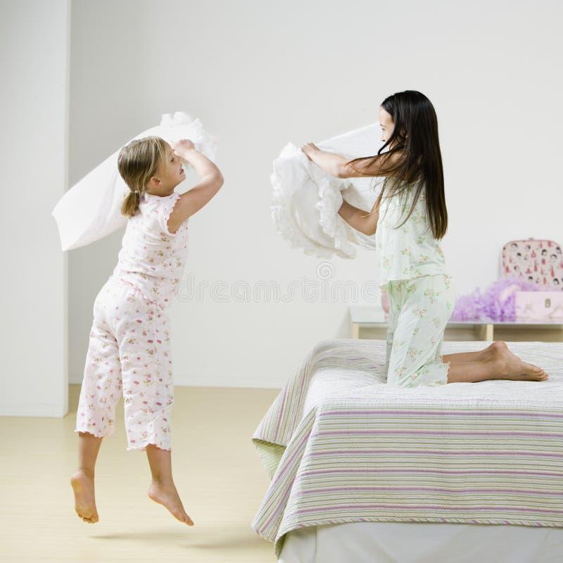 Mädchen-Kissen-Kämpfen Stockfotografie