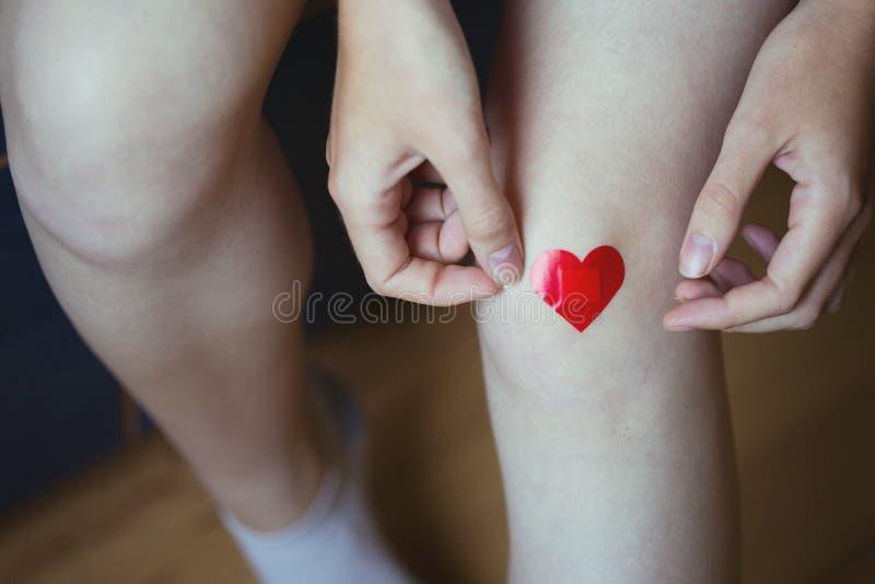Mädchen klebt medizinischen Gips stockfotos