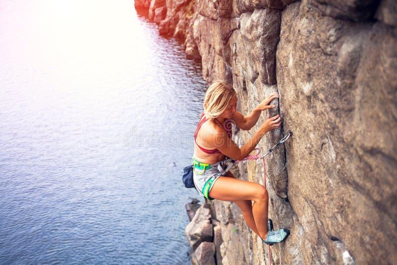 Mädchen klettert den Felsen stockfotografie