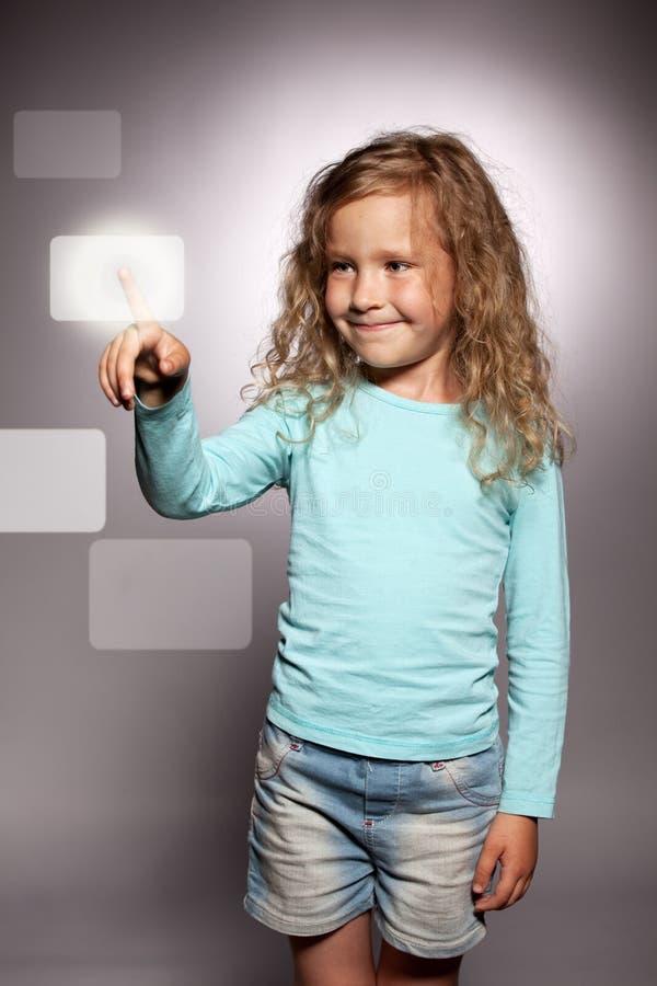 Mädchen klickt an den Bildschirm stockbilder