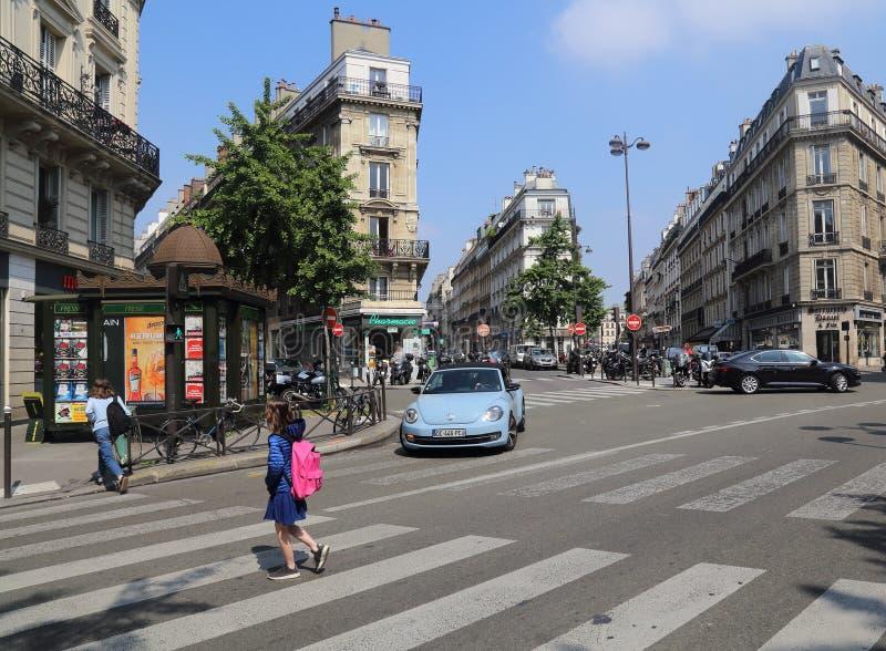 Mädchen kreuzen die Straße in Paris, Frankreich lizenzfreie stockfotos