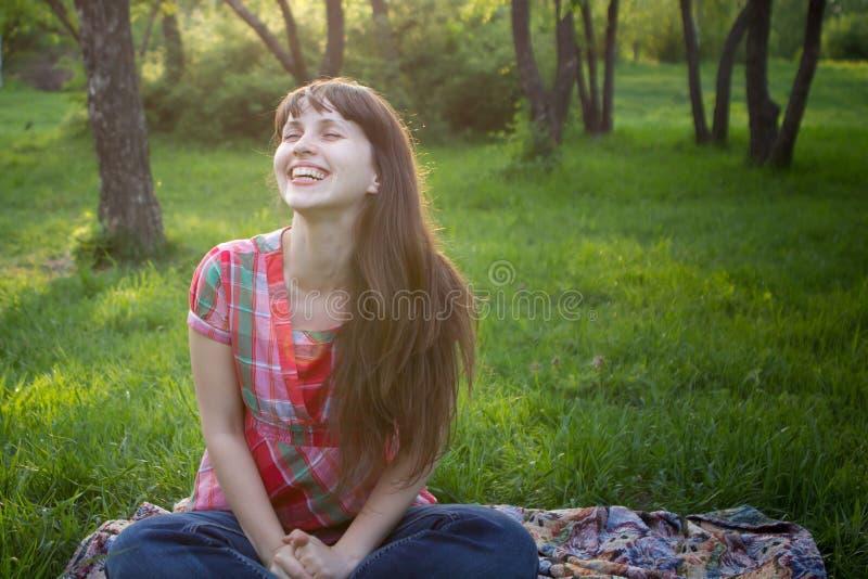 Mädchen lächelt in einem Park lizenzfreie stockbilder