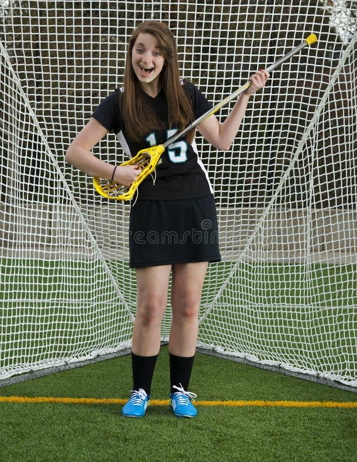 Mädchen Lacrossespieler, der herum im Tor vermasselt stockfoto