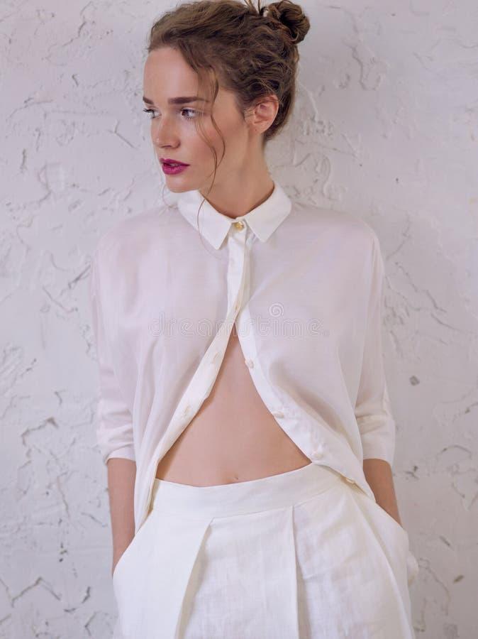Mädchen in lange weiße kurze Hosen und Hemd lizenzfreie stockbilder