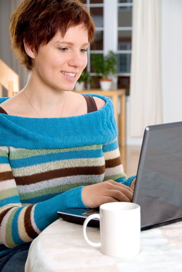 Mädchen am Laptop stockbilder