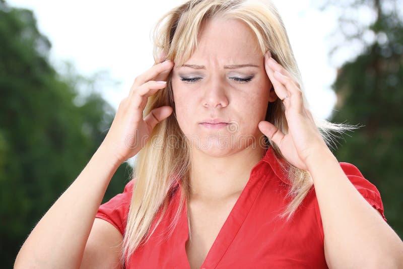 Mädchen leidet unter Migräne stockbilder