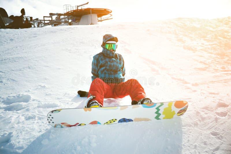 Mädchen lernt Snowboarding in den Bergen am Winter stockfoto