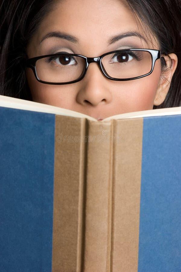 Mädchen-Lesebuch lizenzfreies stockbild