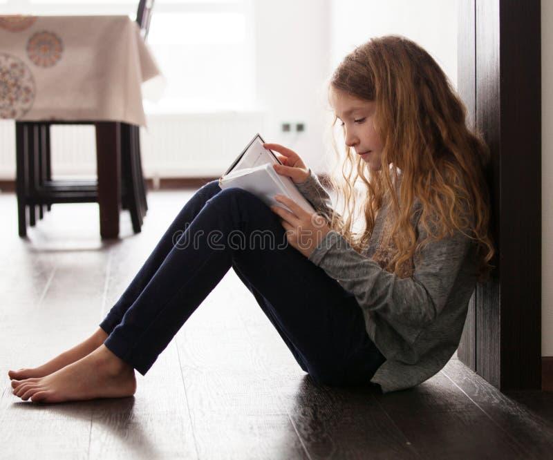 Mädchen Lesebuch lizenzfreie stockfotos