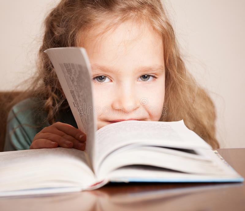 Mädchen Lesebuch lizenzfreies stockfoto
