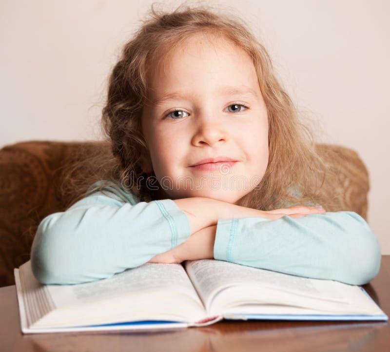 Mädchen-Lesebuch zu Hause lizenzfreie stockfotos