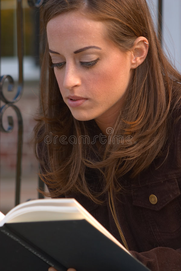 Download Mädchen lesendes 1 stockfoto. Bild von studieren, outdoor - 31964