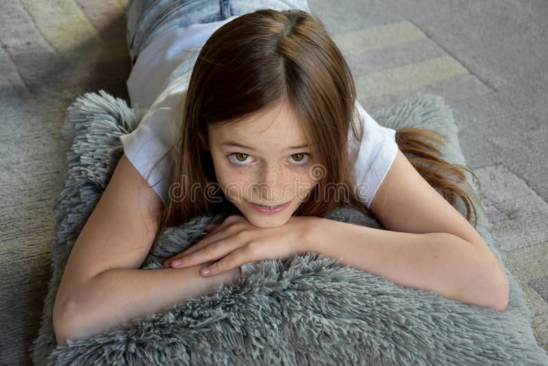 Mädchen liegt auf dem Boden lizenzfreies stockfoto