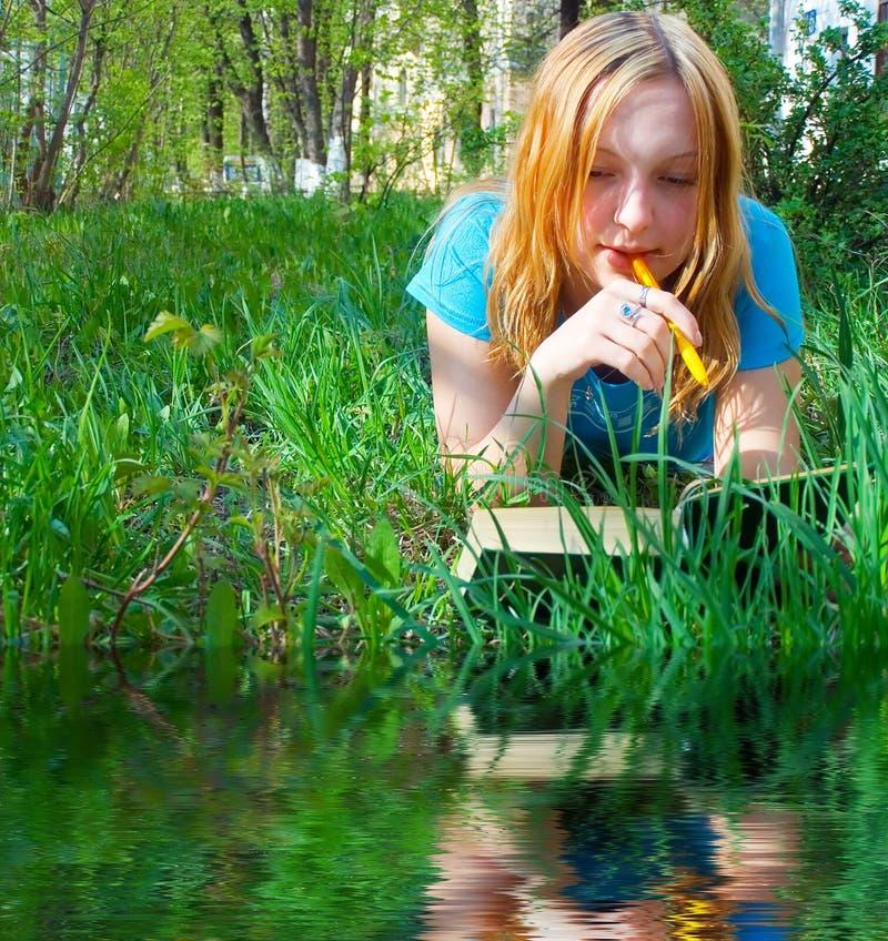 Mädchen liest das Buch. stockbilder