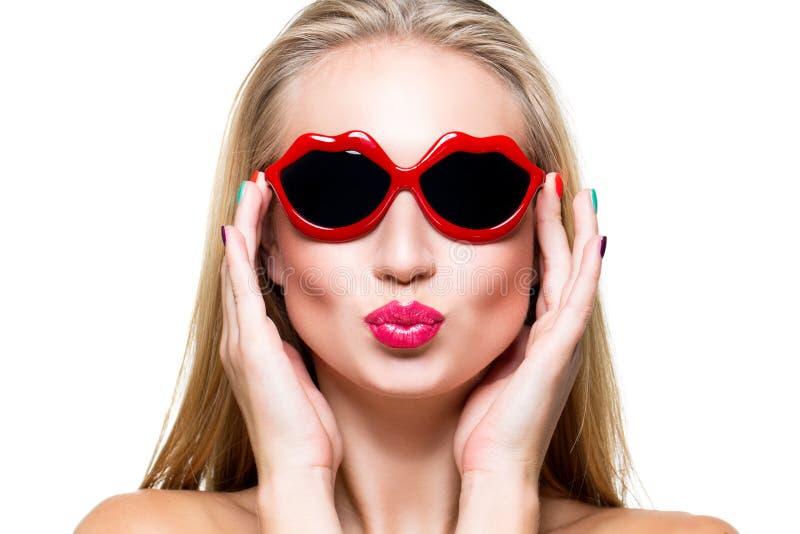 Mädchen in Lippengeformter Sonnenbrille lizenzfreies stockfoto