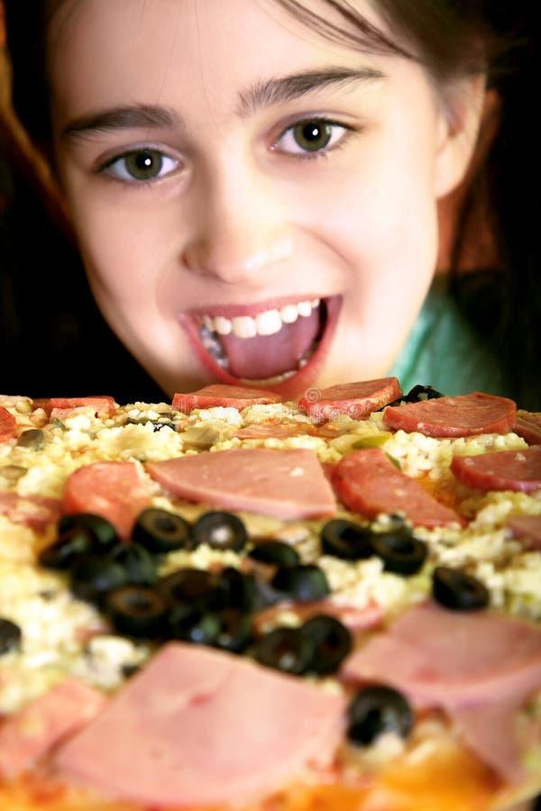 Mädchen möchten Pizza essen lizenzfreie stockbilder