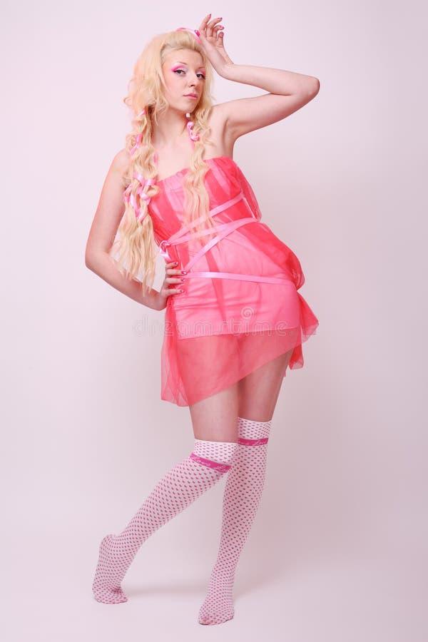 Mädchen mögen eine Puppe lizenzfreie stockfotografie