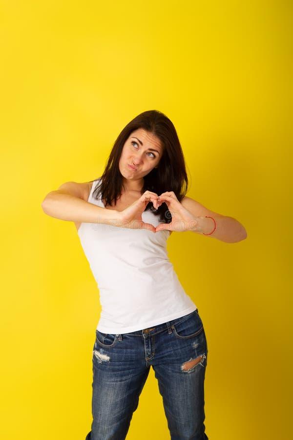 Mädchen machen Herz lizenzfreie stockbilder