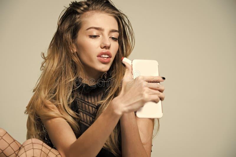 Mädchen malt ihre Lippen vor der Sitzung Schönheitssalon und Modeblick, Kosmetik stockfoto