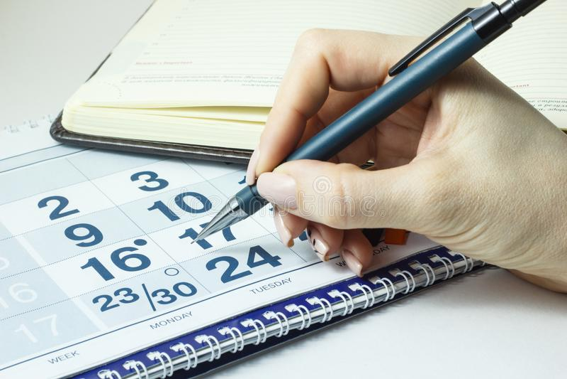 Mädchen markiert einen wichtigen Tag im Kalender stockbild