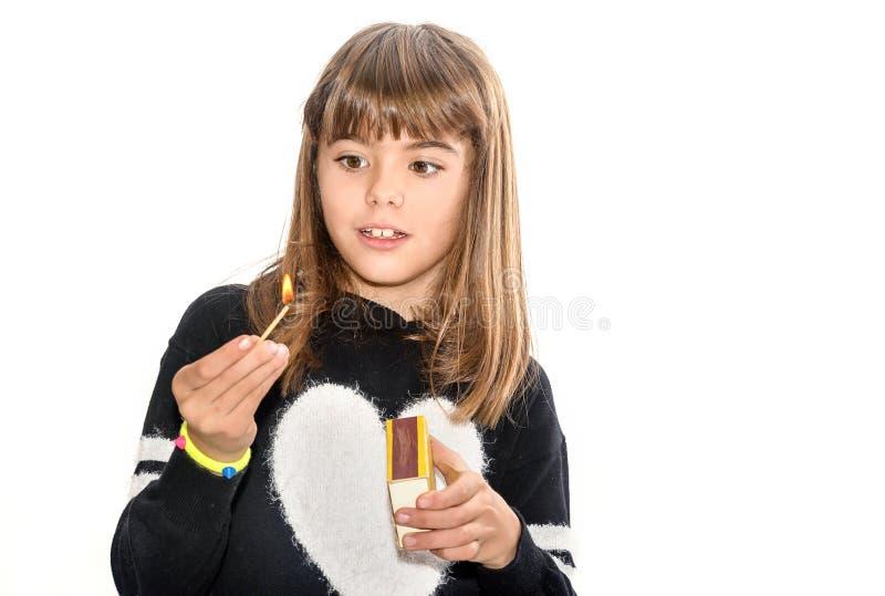 Mädchen mit acht Jährigen, das mit dem Match lokalisiert auf Weiß spielt lizenzfreies stockfoto