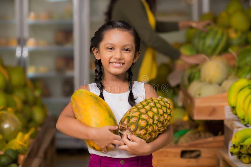 Mädchen mit Ananas und Melone lizenzfreie stockfotografie